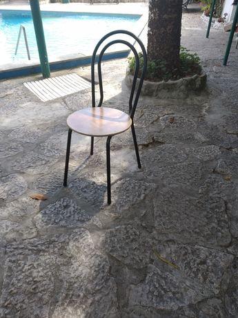 Cadeiras de metal com tampo de madeira (100 unidades disponíveis)