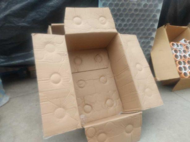 Caixas de cartão usadas para armazenamento, transporte, mudanças etc