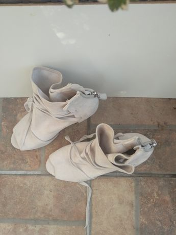 Buty damskie, zamszowe, na obcasie, z odkrytymi palcami.