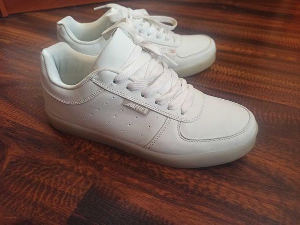 Led кросівки. Білі кросівки