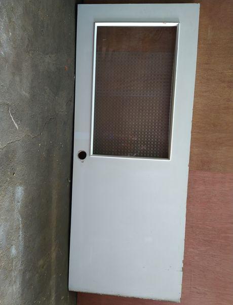 Porta branca com vidro