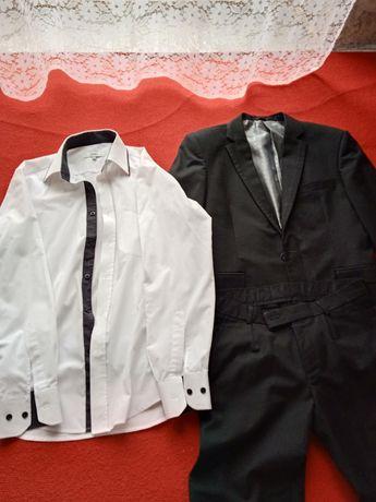 Czarny garnitur męski.