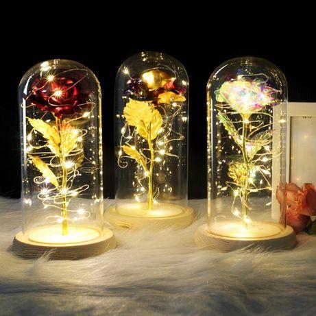 Czerwona róża w szklanej kopule na drewnianej podstawce różne kolory