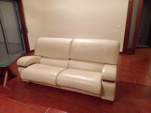 Sofá com duas mesas de centro e um móvel tv