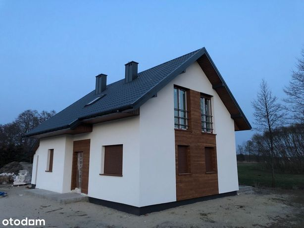 Dom w otoczeniu lasu na mini osiedlu domków.