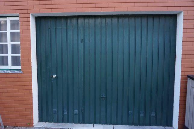 Portão de garagem basculante com porta de serviço