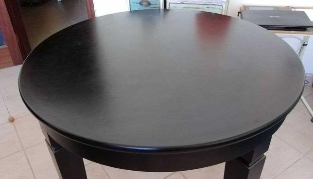 Mesa redonda de sala com 4 cadeiras em pele.