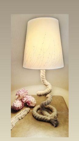 Lampa stojąca z liną jutową.