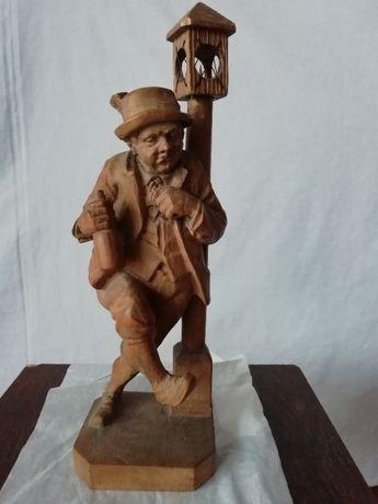 Estatueta trabalhada em madeira
