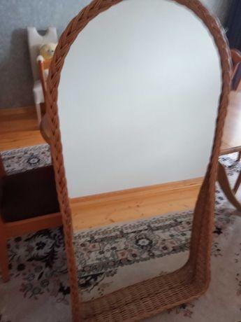 Lustro kryształowe w wiklinowej ramie o wymiarach 85 x 130 cm.