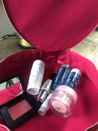 Kosmetyki z kuferkiem LancômeGratis róż Lancóme