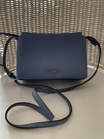 Torebka listonoszka Calvin Klein oryginalna lawendowa/ niebieska