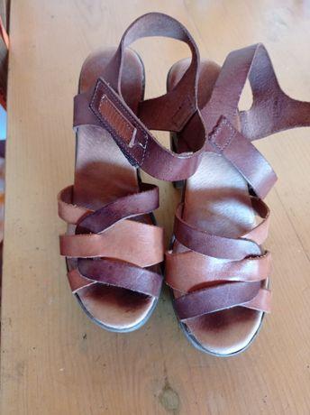Sandálias castanhas salto alto