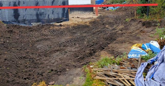Miejsce pod składowanie ziemi z wykopu bez śmieci i brył gliny.