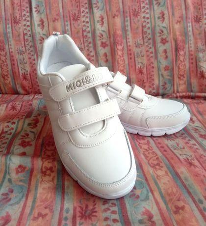 Кросівки білі нові
