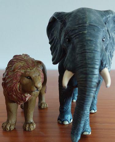 Conjunto de dois animais de brincar (leão e elefante)