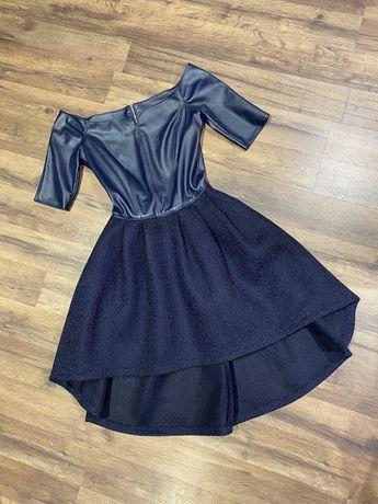 Фирменное платье с открытыми плечами синее .р s