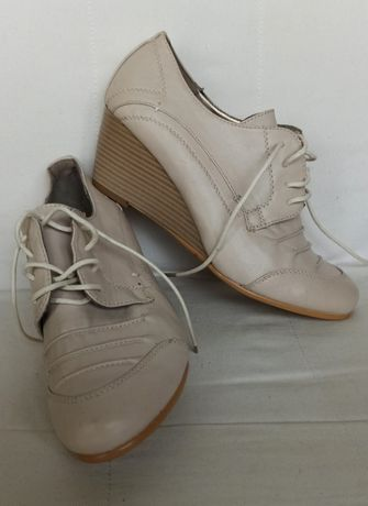 Beżowe buty marki Weide rozmiar 37
