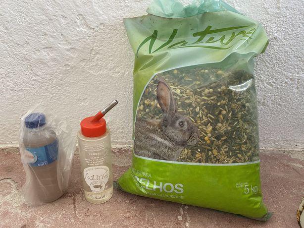 Raçao coelho, bebedouro e oferta de feno