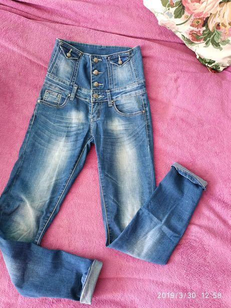 Високі джинси з тягуючим корсетом на талії.