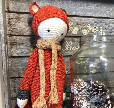 Raposa feita em crochet com a técnica amigurumi