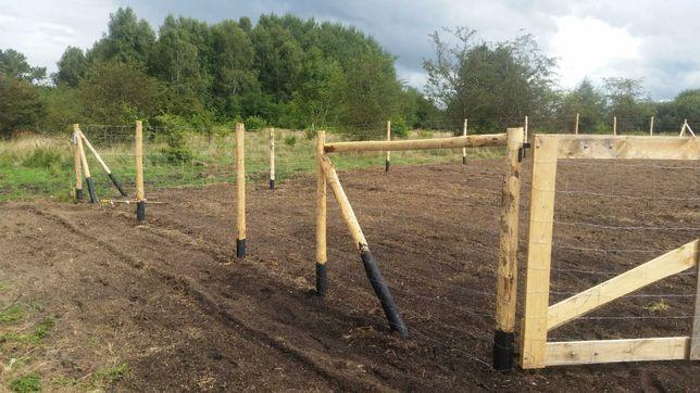 słupki, stemple,paliki  drewniane , ogrodzenie budowlane,tymczasowe