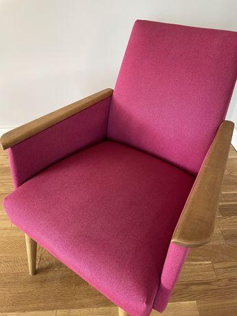 Odnowiony fotel w kolorze różowym