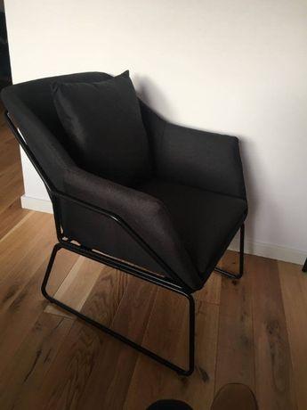 Wygodny czarny fotel