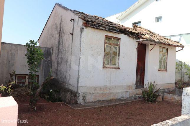 Moradia T3 térrea para reconstruir à Solum, Coimbra, para venda