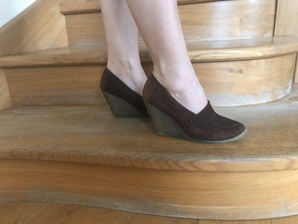 Туфлі замшеві, коричневого кольору. Висота танкетки-9 см.