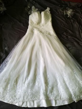 Suknia ślubna z piękną spódnica biała