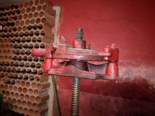 Prensa para produção de vinho.