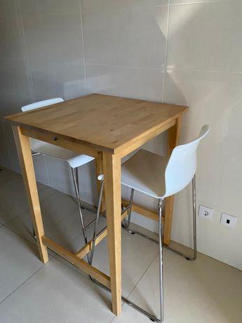 Mesa alta + 2 cadeiras ikea