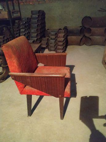 Крісло м'яке, вінтаж, з деревяними підлокітниками