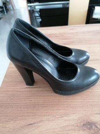 Czarne buty na słupku CCC 37