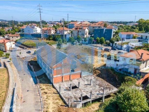 Terreno com 2804 m2 em Anta Espinho para construção de 12 moradias.