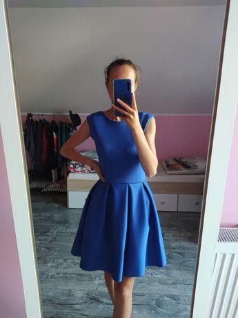 Sukienka z wyciętymi plecami