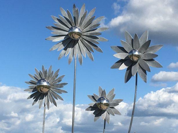 Dekoracja ogrodowa na piku KWIAT szary i kula srebrna