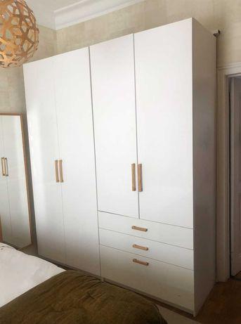 Roupeiro IKEA Branco com puxadores em madeira
