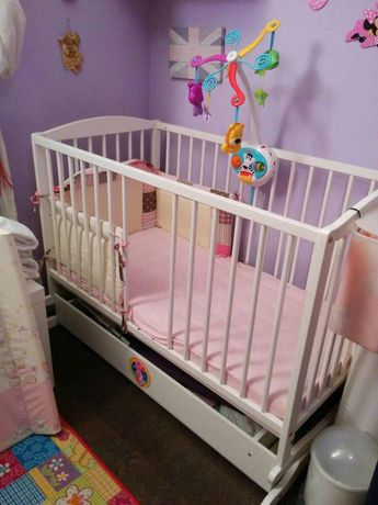 Łóżeczko dziecięce z pełnym wyposażeniem