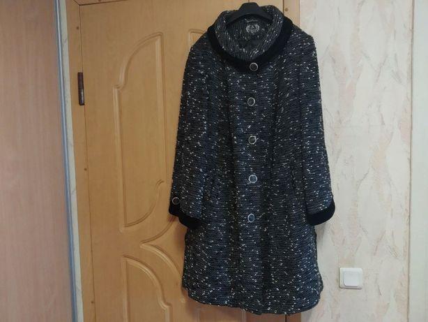 Продам демисезонные пальто 62 размер