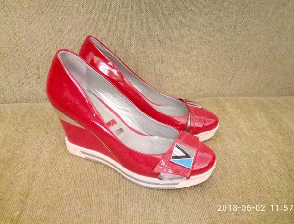Туфли женские кожаные лаковые красные на платформе 35 р.