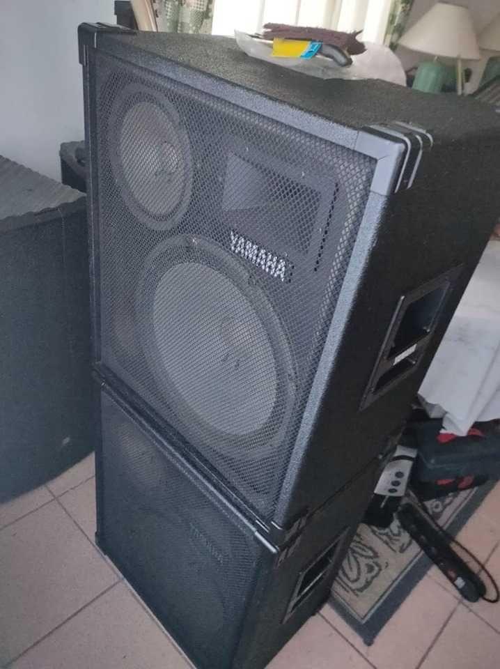 pechincha! PA Yamaha, 2 colunas amplificadas + mesa, em Bom estado.