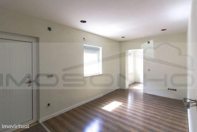 Apartamento T2, a nível do rés do chão, totalmente remodelado