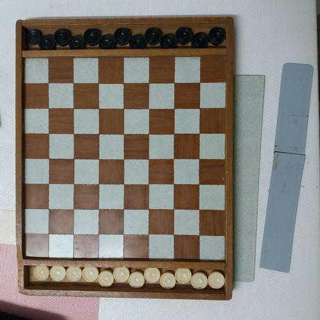 Tabuleiro de damas e xadrez com as peças
