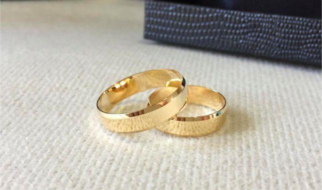 Elegancki Komplet Złotych Obrączek Ślubnych