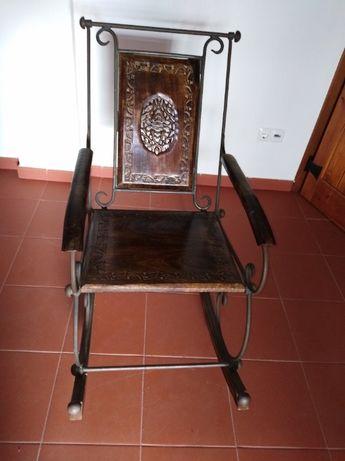 Cadeira de baloiço em ferro com madeira nobre e trabalho em talha