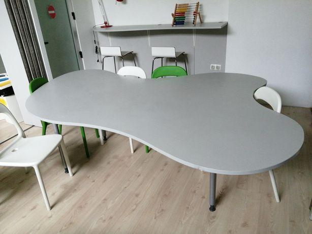 Cadeiras  mesa e estantes