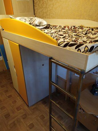 Детская двухъярусная кровать и шкаф