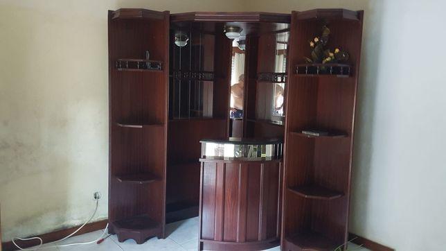 Bar de canto em madeira